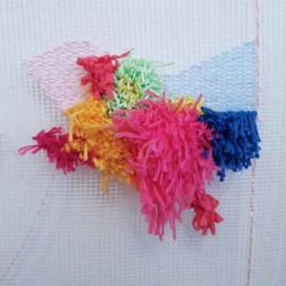mein atelier mit blick auf ein begonnenes kunstwerk aus wollfaeden