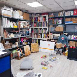 mein atelier im hinteren raum und unaufgeraeumt