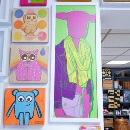 mein atelier mit blick auf die vordere wand und kunstwerken aus holz und digital art