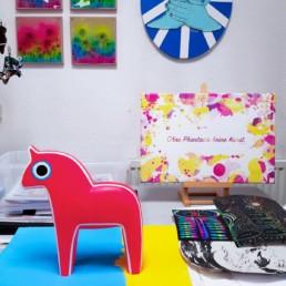 mein atelier mit hottehue dem bemalten holzpferd und anderen exponaten