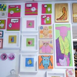 mein atelier mit blick auf viele bunte kunstwerke von mir