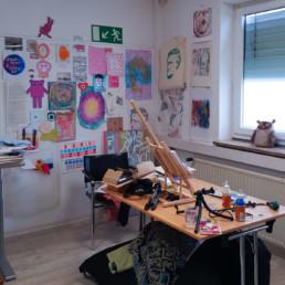 mein atelier mit blick auf kreatives chaos im vorderen bereich